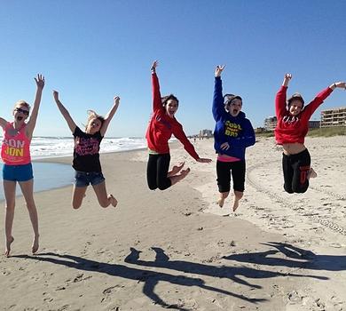Jeunes sautant sur une plage en Floride