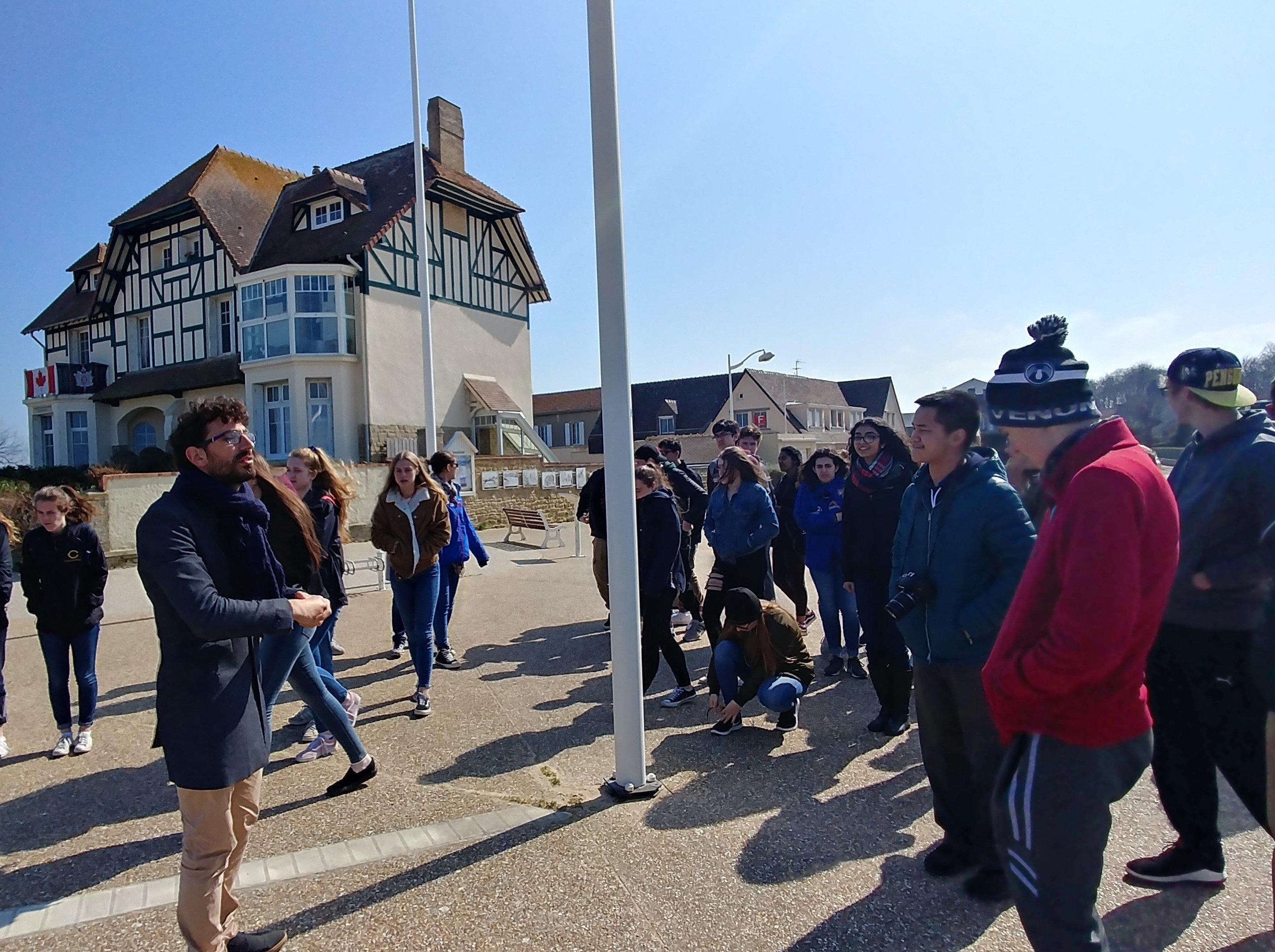 Jeunes devant la Maison du Canada à Arromanches