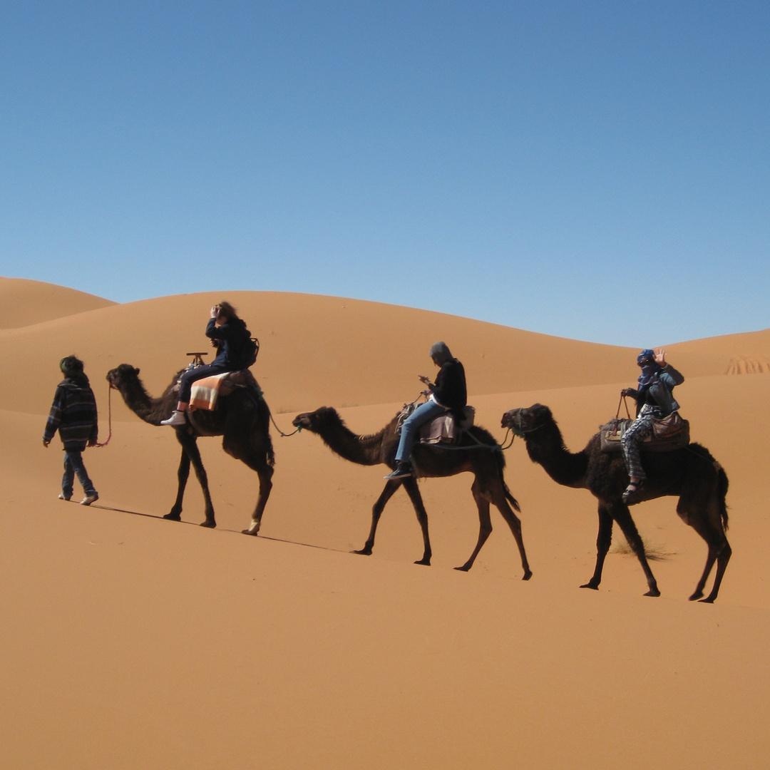 Paysage de désert avec des nomades