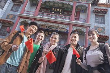 Jeunes avec drapeaux chinois