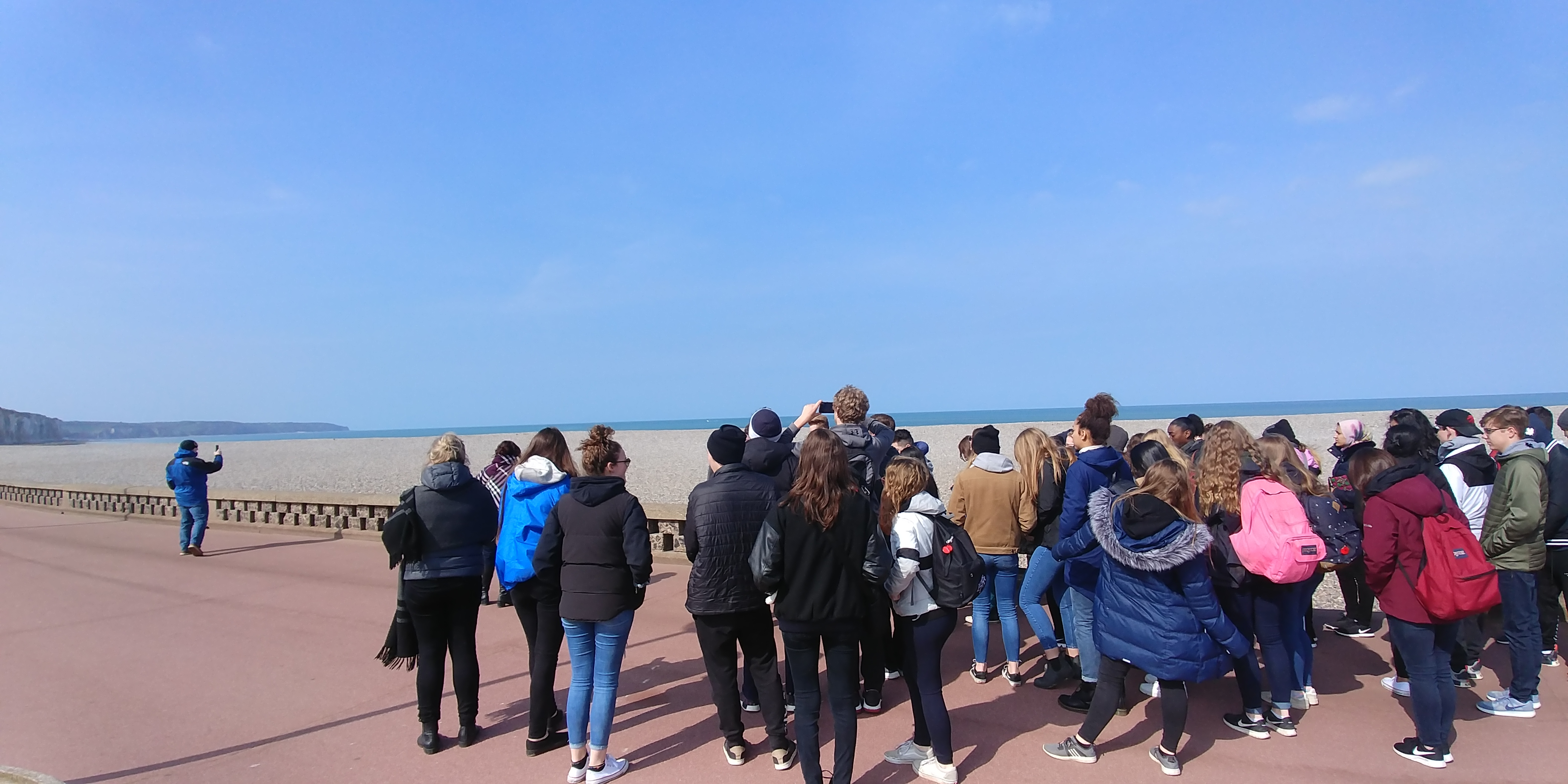 Groupe d'élèvs devant la plage de Dieppe