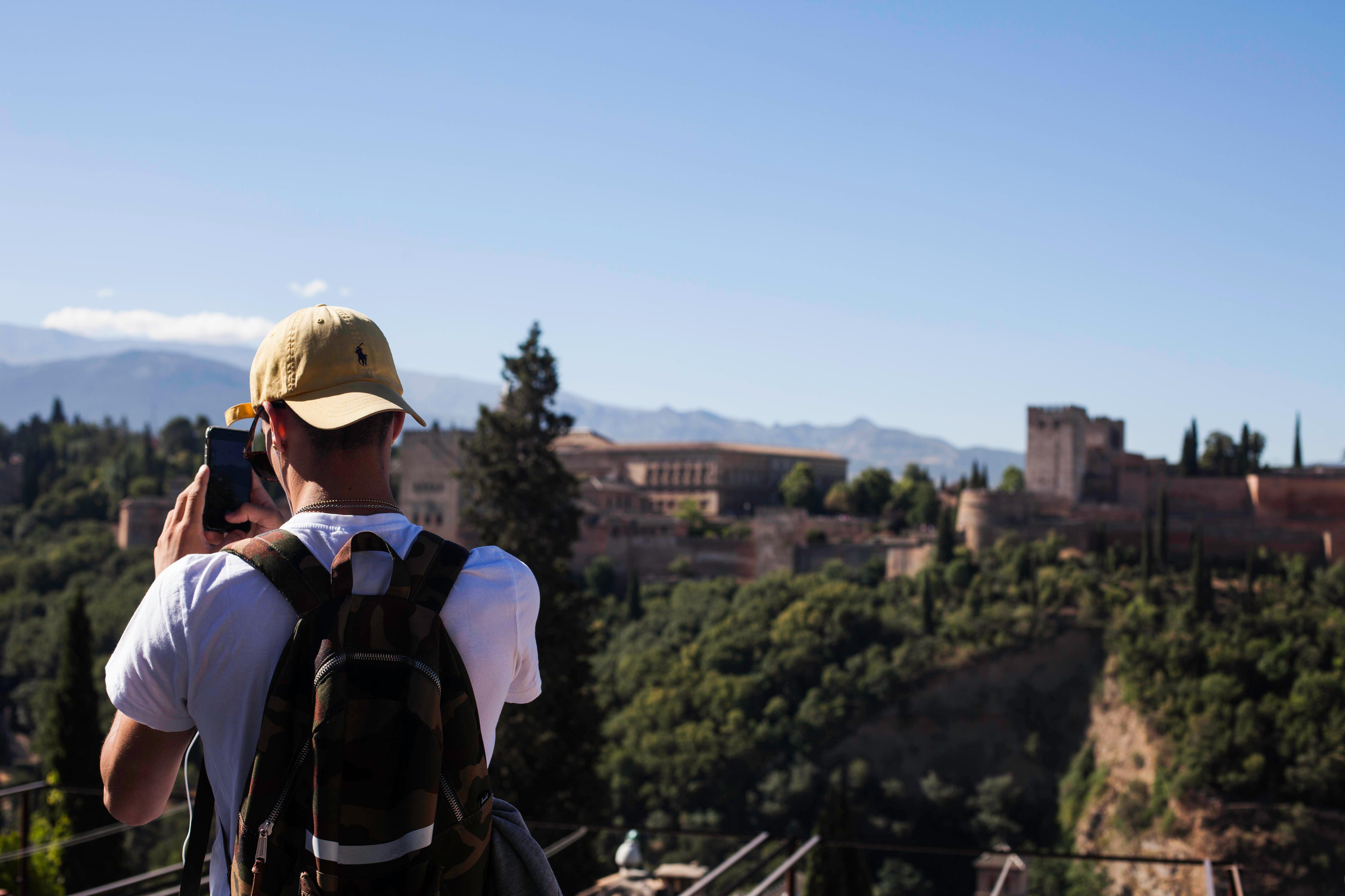 Jeunes devant un paysage en Andalousie
