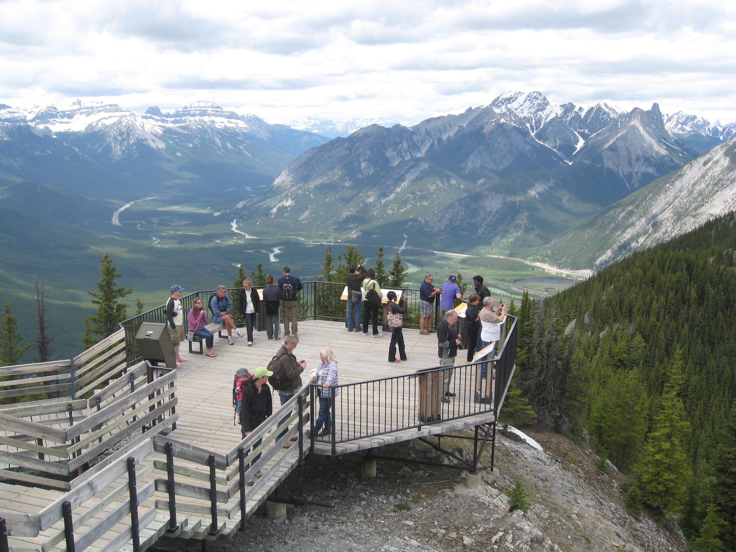 Groupe qui admirent les rocheuses depuis un observatoire.