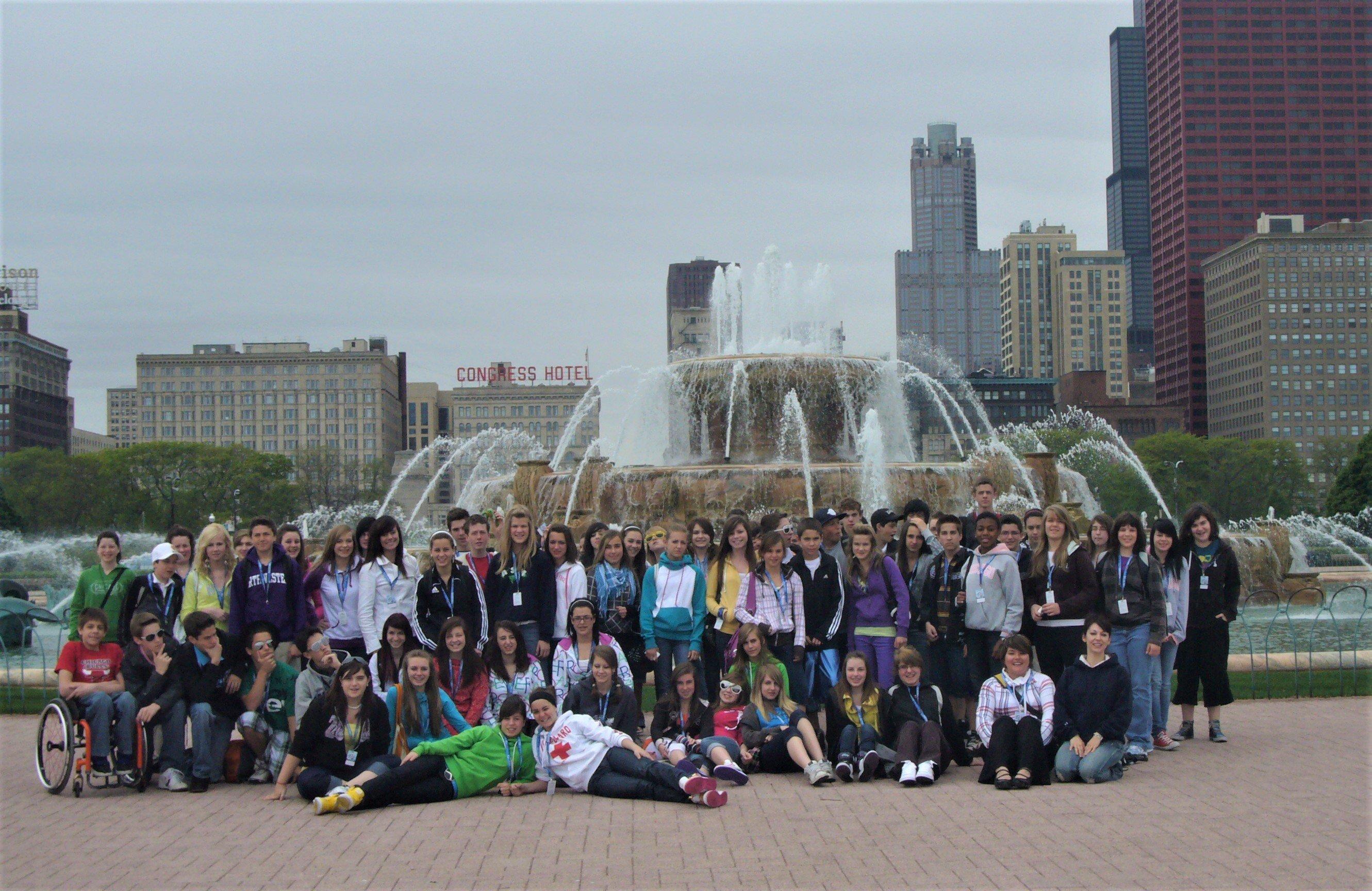 Jeunes devant la Buckinham Fountain à Chicago