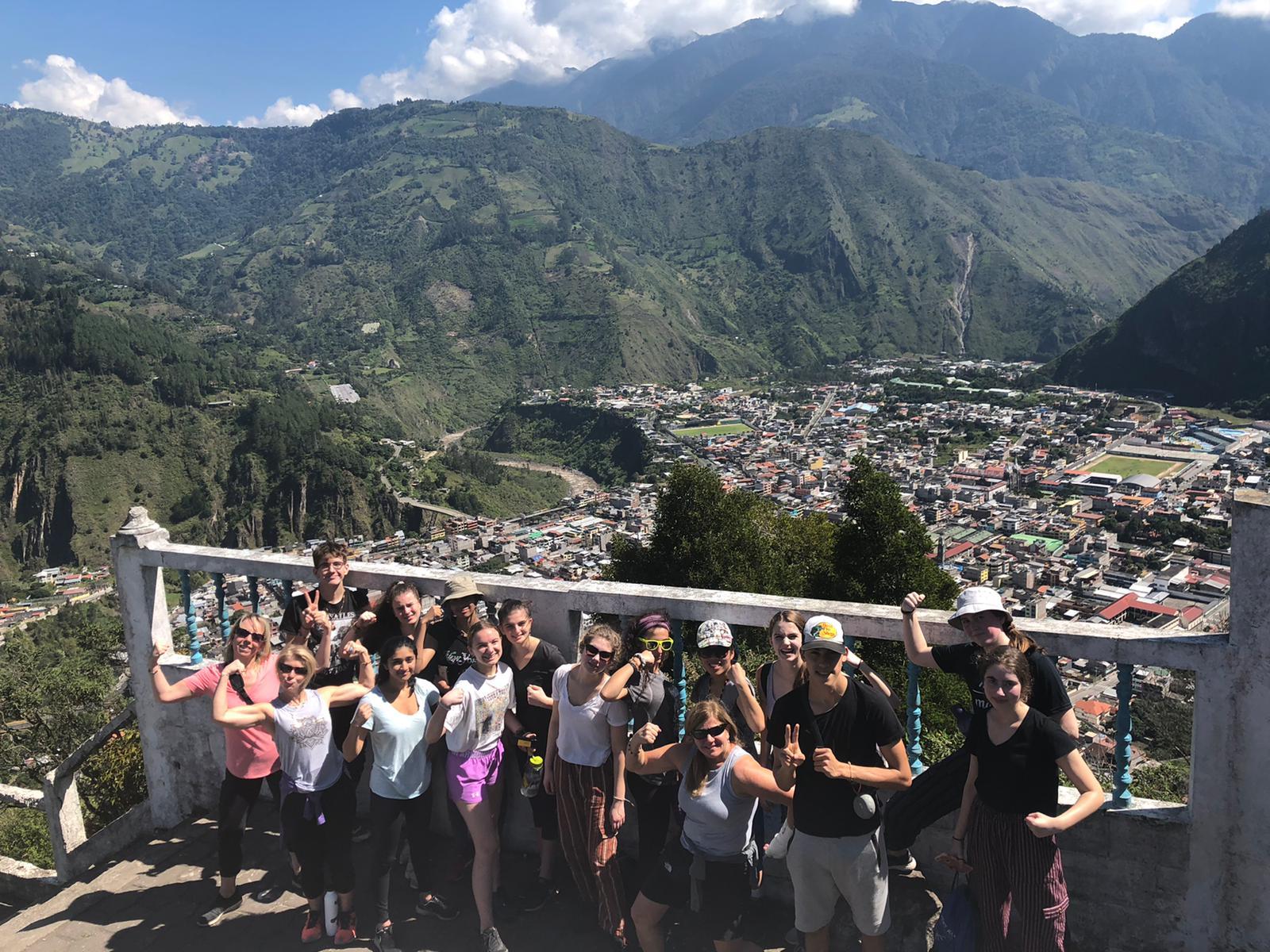 Jeune posant devant un panorama en Équateur