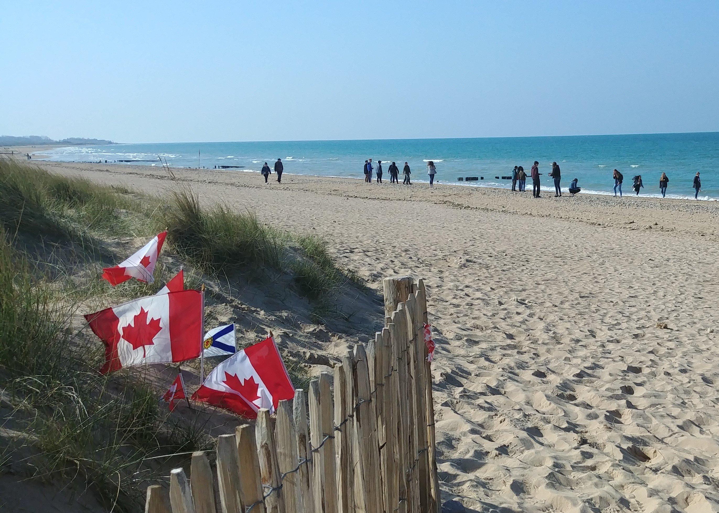 Groupe de jeunes sur la plage de Juno