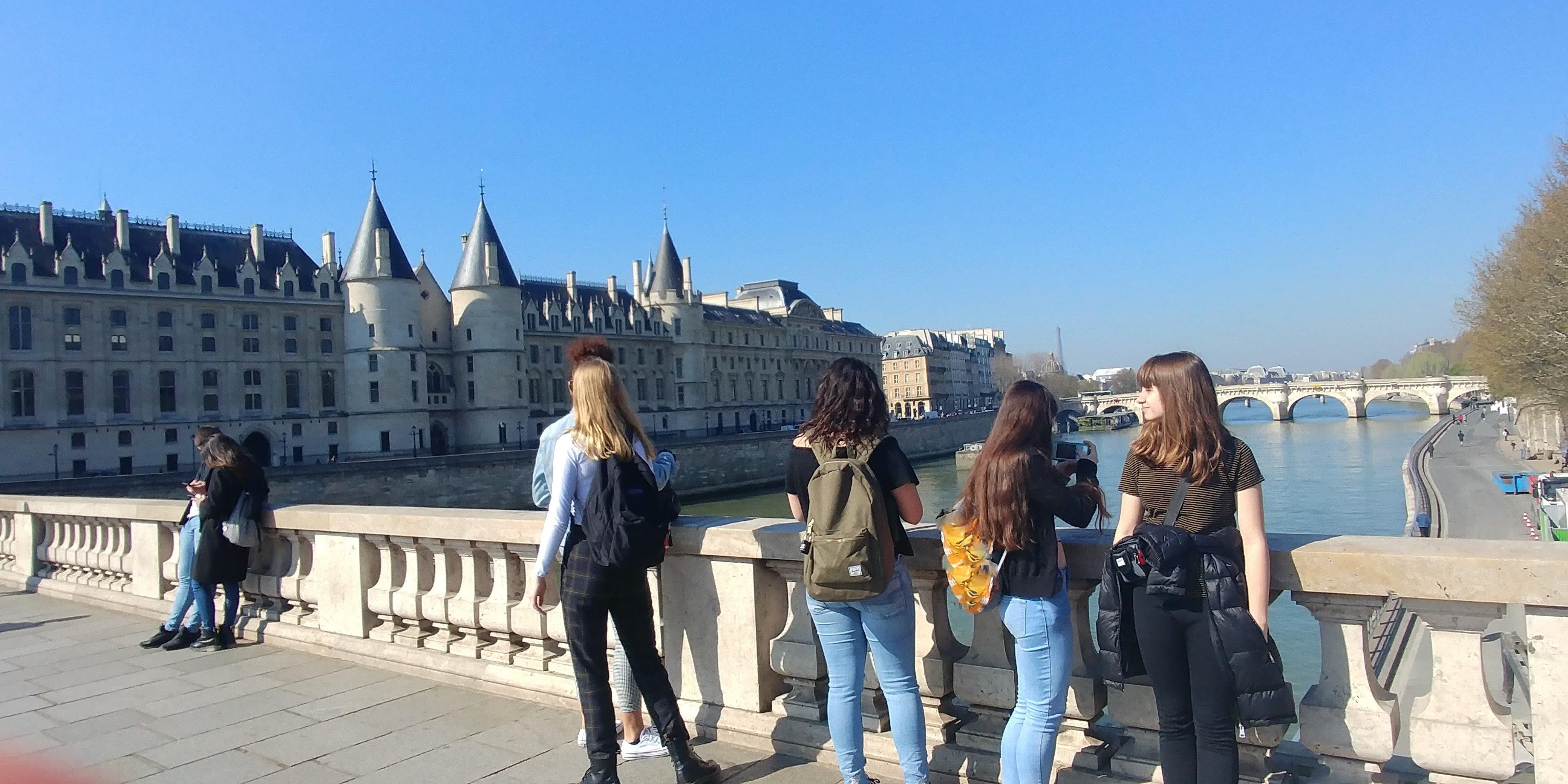 Jeunes devant la Conciergerie à Paris