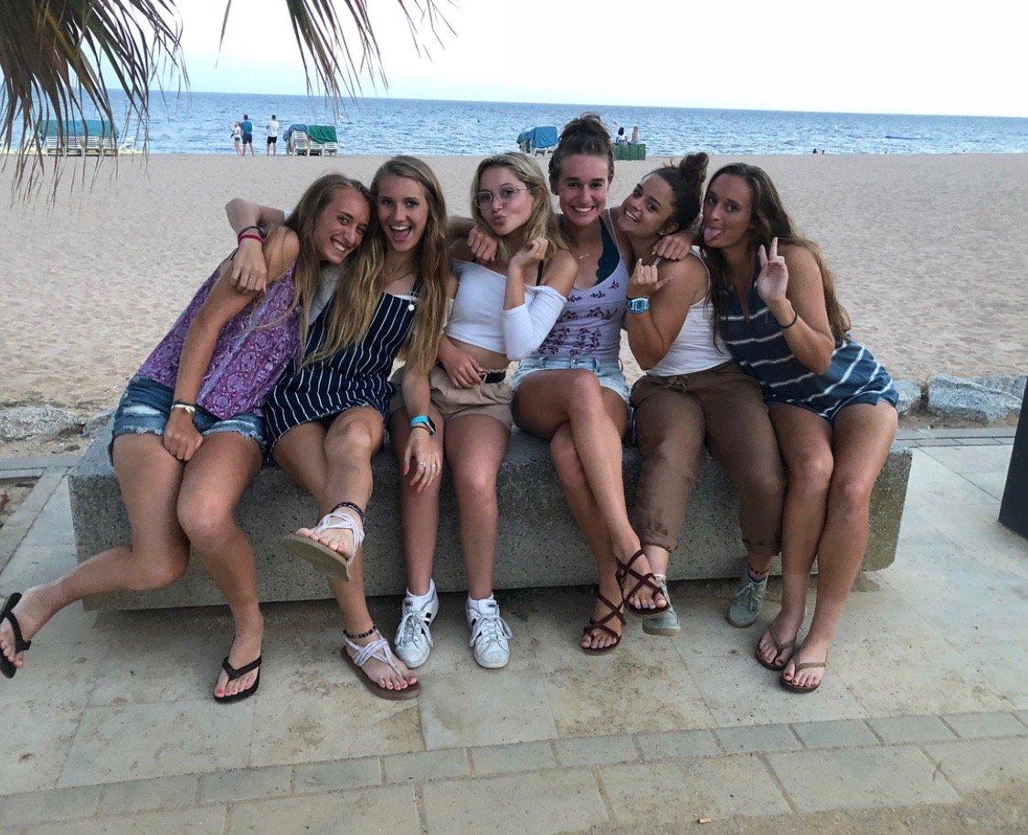 Jeunes filles au bord d'une plage