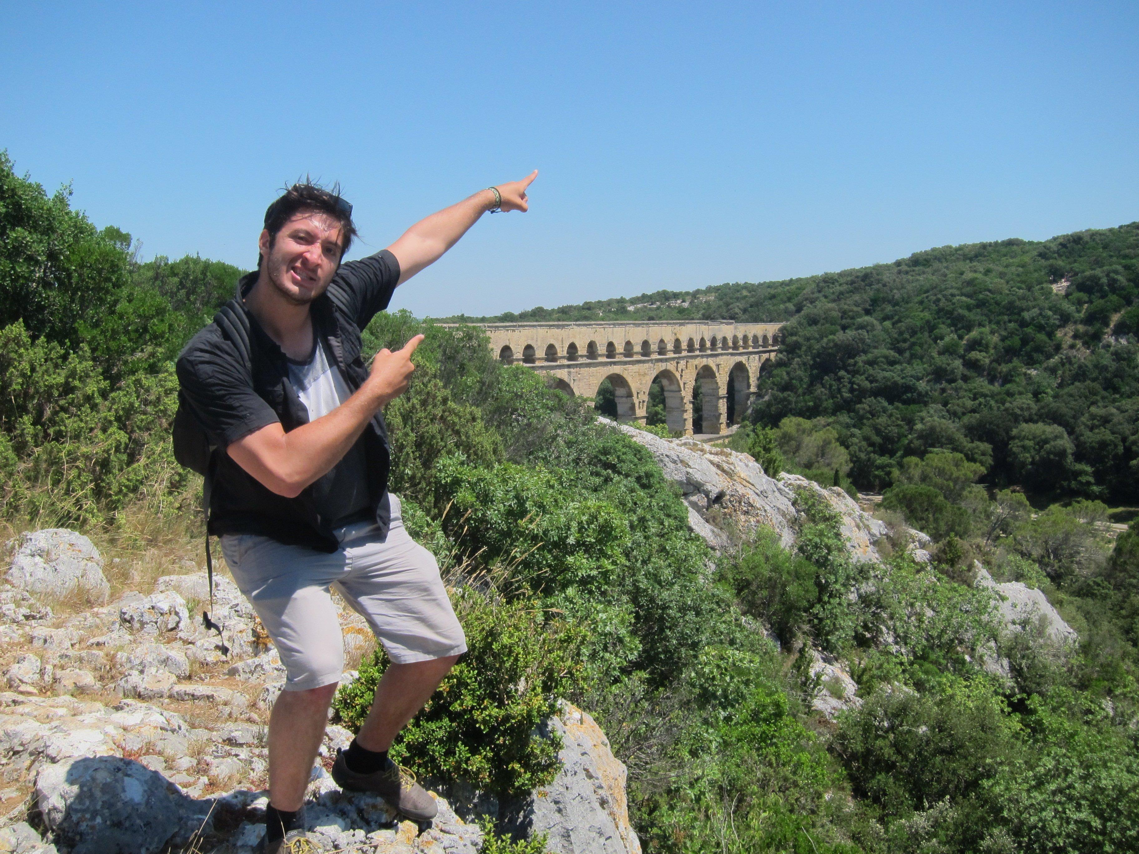 Directeur touristique qui pose devant le pont du Gard