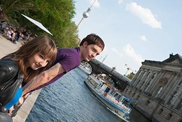 Jeunes devant l'île aux musées de Berlin