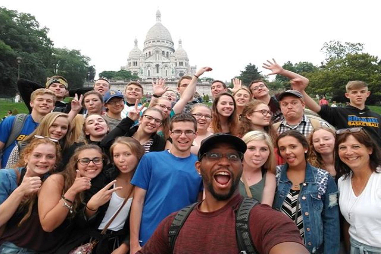 Groupe prenant la pose devant le Sacré Coeur de Montmartre
