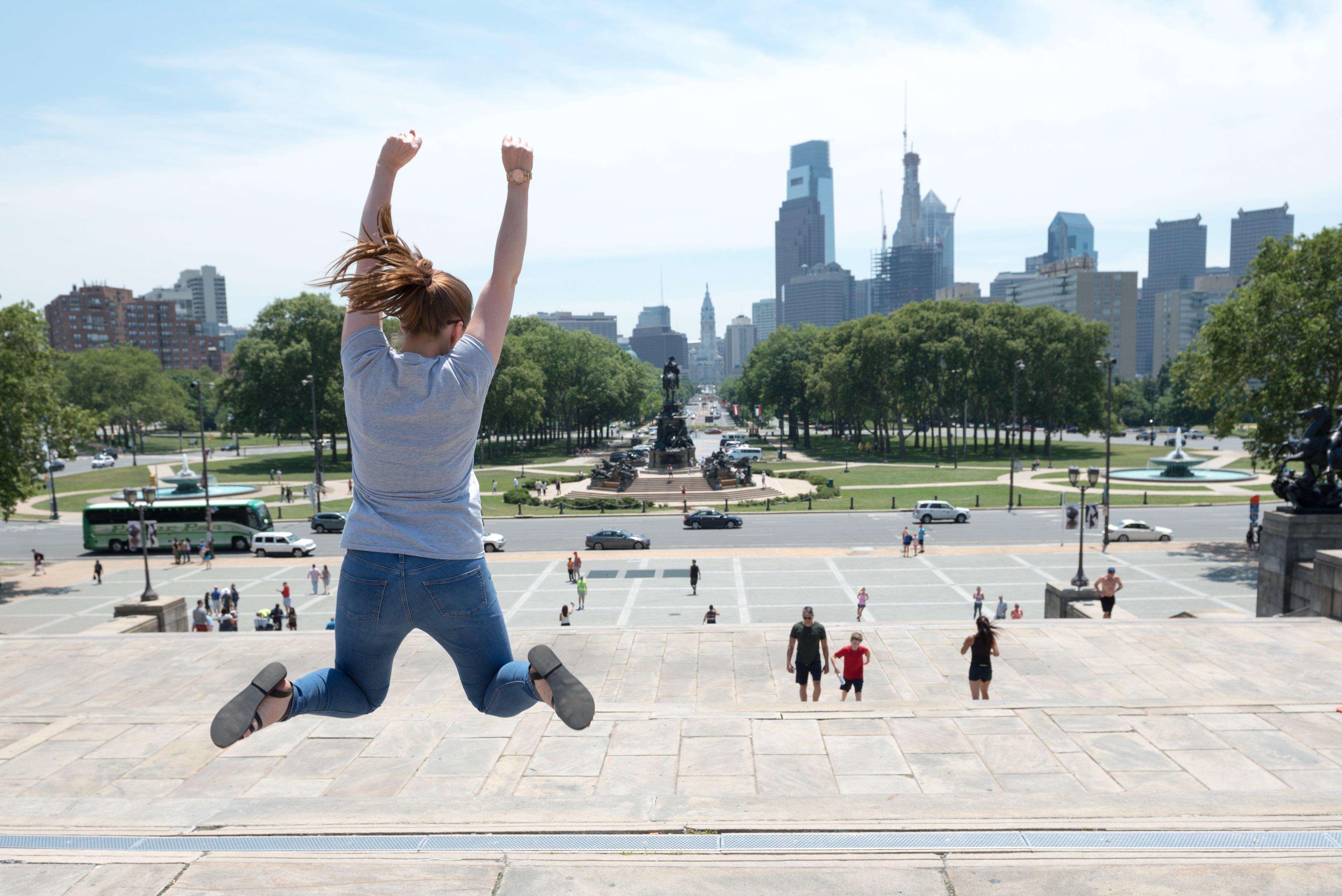 Jeune imitant Rocky sur les marches de Philadelphie