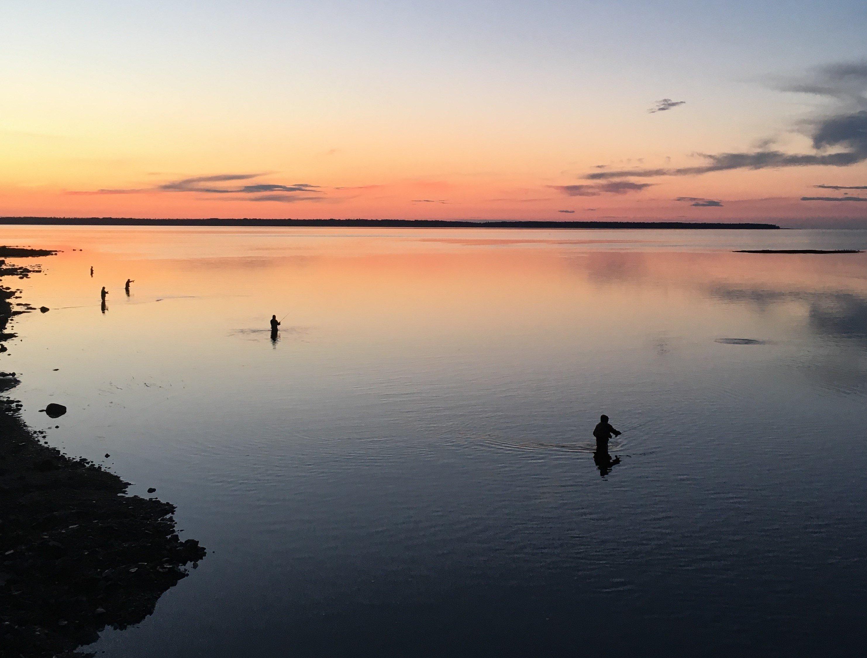 Vue sur le fleuve au coucher du soleil avec des pêcheurs