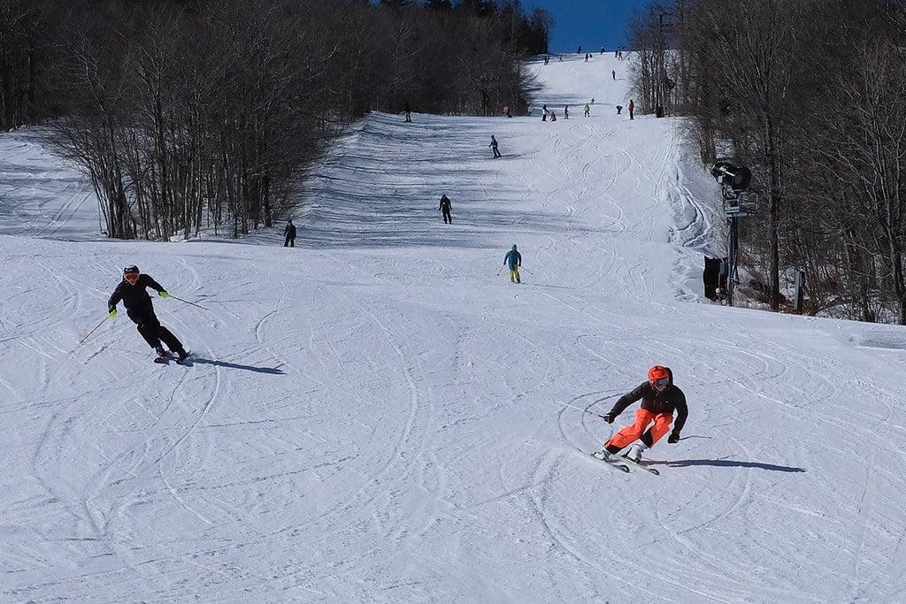 Jeunes descendant une piste de ski