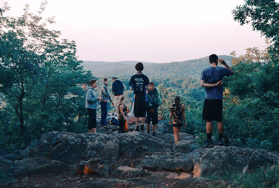 Jeunes regardant un panorama pendant une randonnée