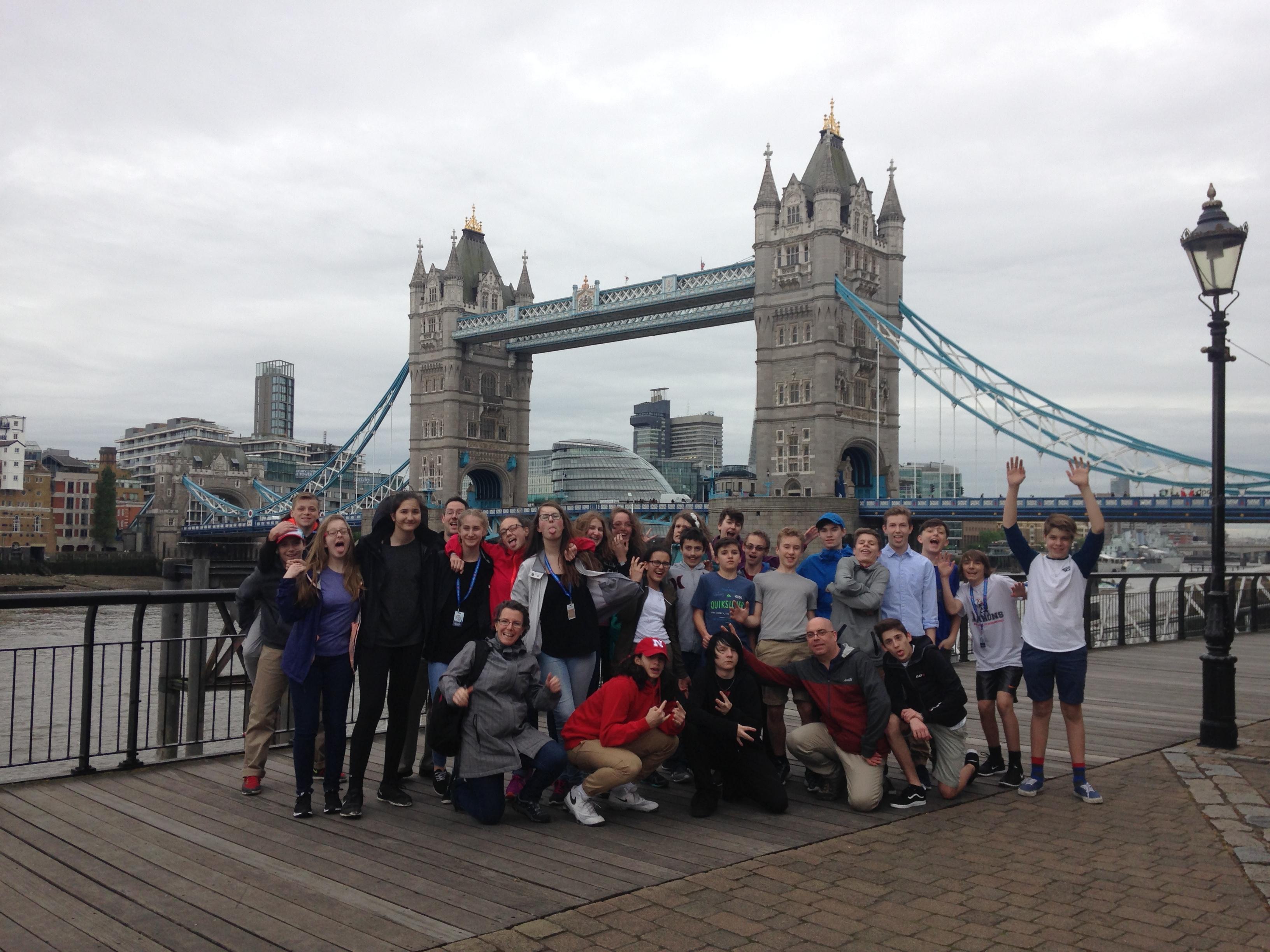 Groupe de jeunes devant le Tower Bridge