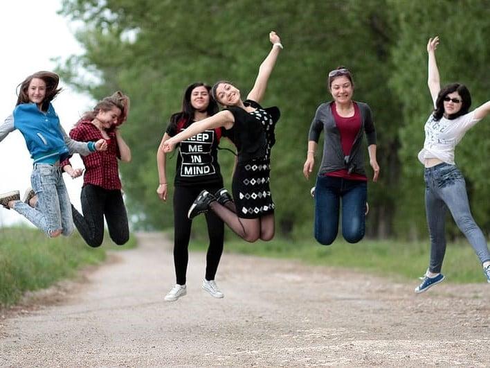 Jeunes sautant sur un sentier en forêt