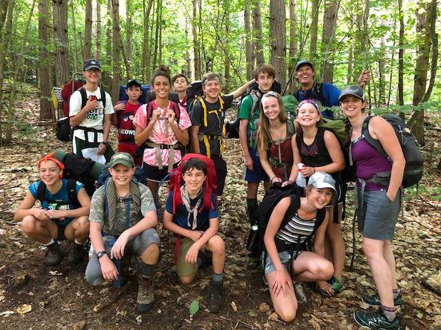 Jeunes prenant la pose en forêt