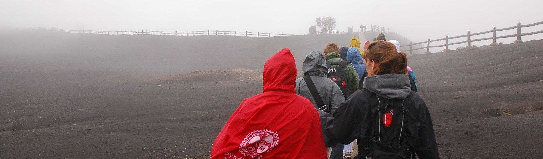 Des élèves marchent au bord d'un volcan au Costa Rica
