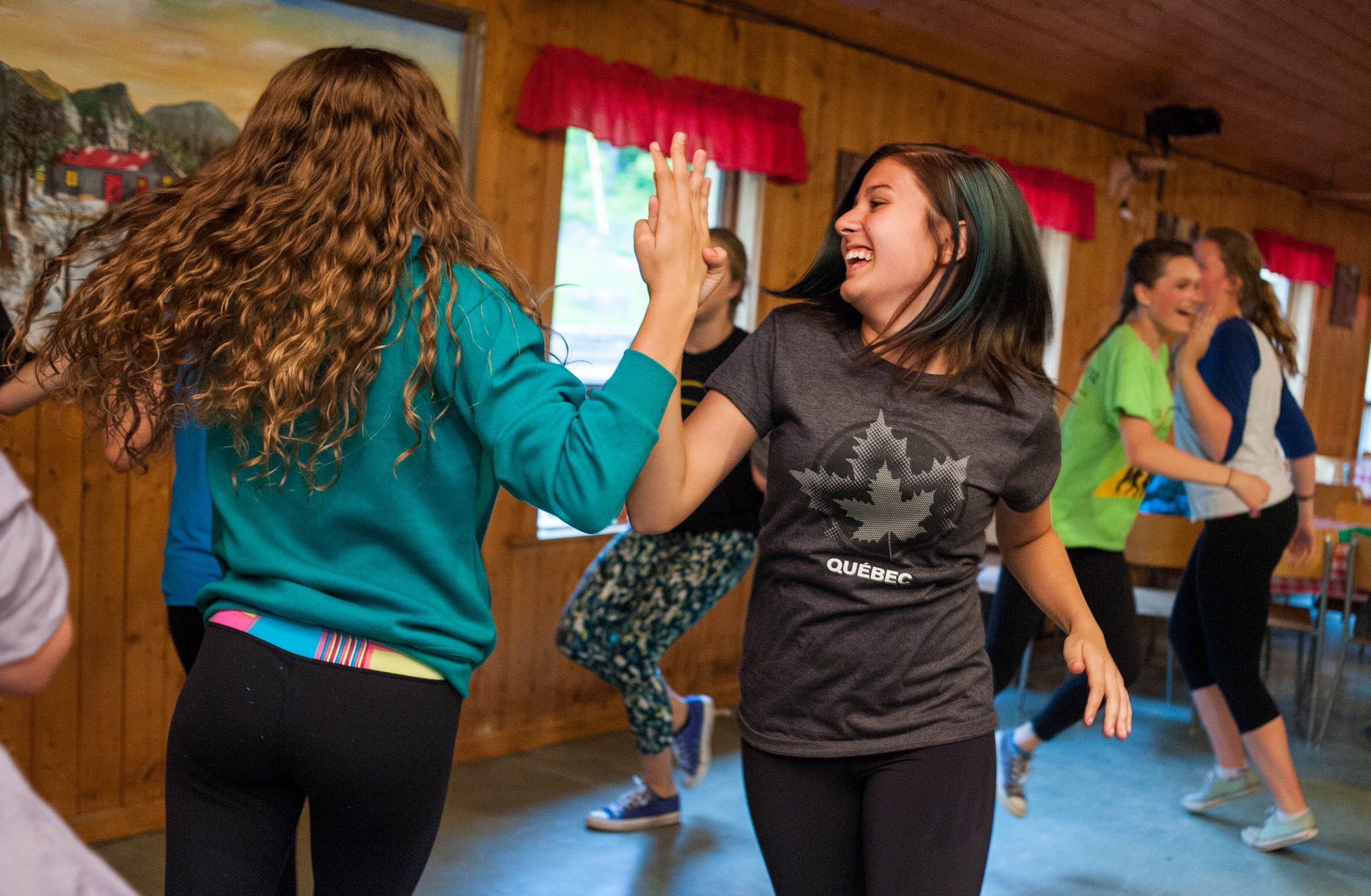 Jeunes dansant à la Cabane à sucre