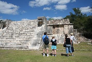 Jeunes devant une pyramide au Guatemala