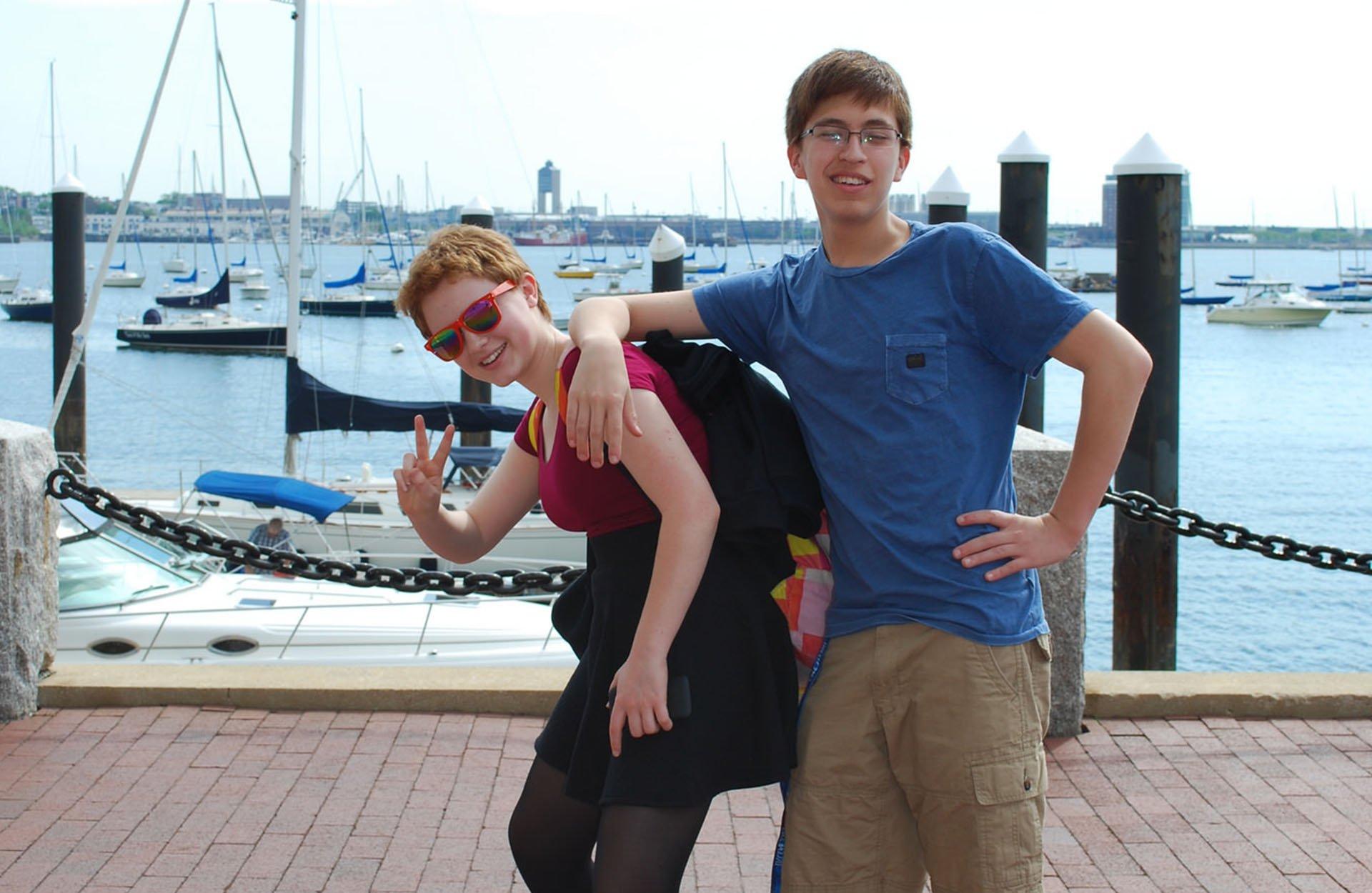 Jeunes sur la marina de Boston