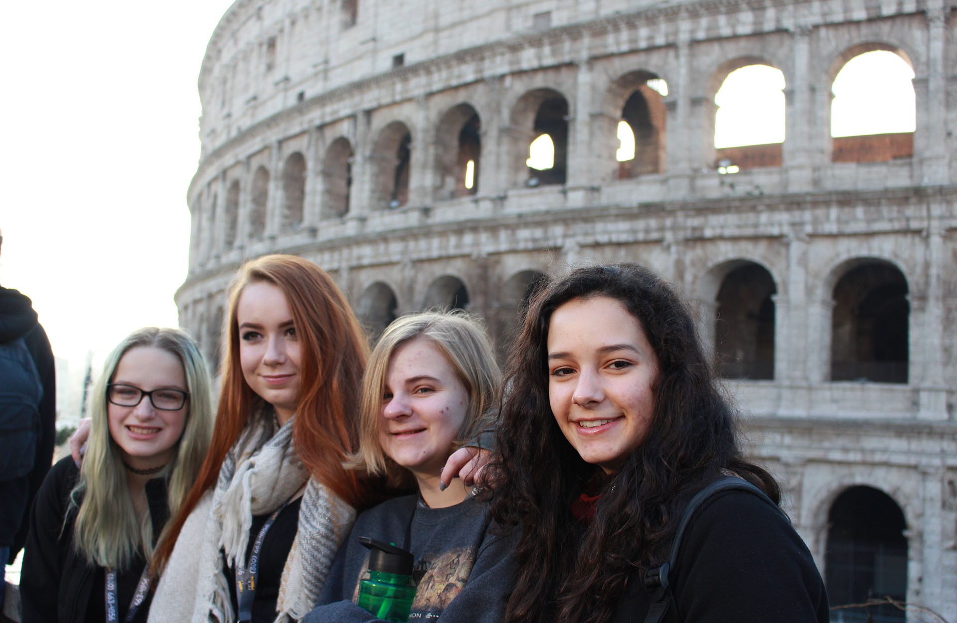 Jeunes filles devant le Colisée
