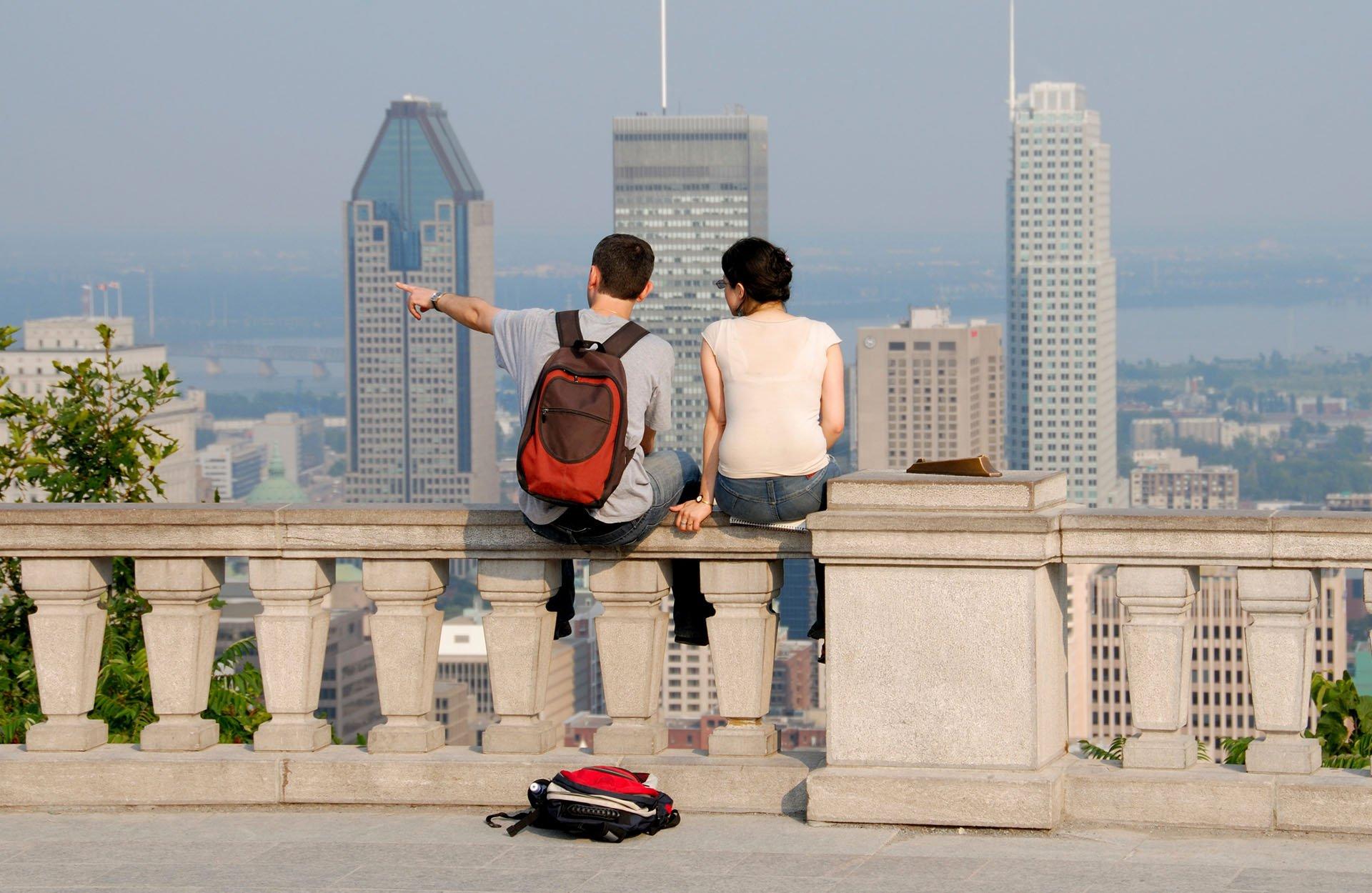 Jeunes sur la terrasse du Mont-Royal