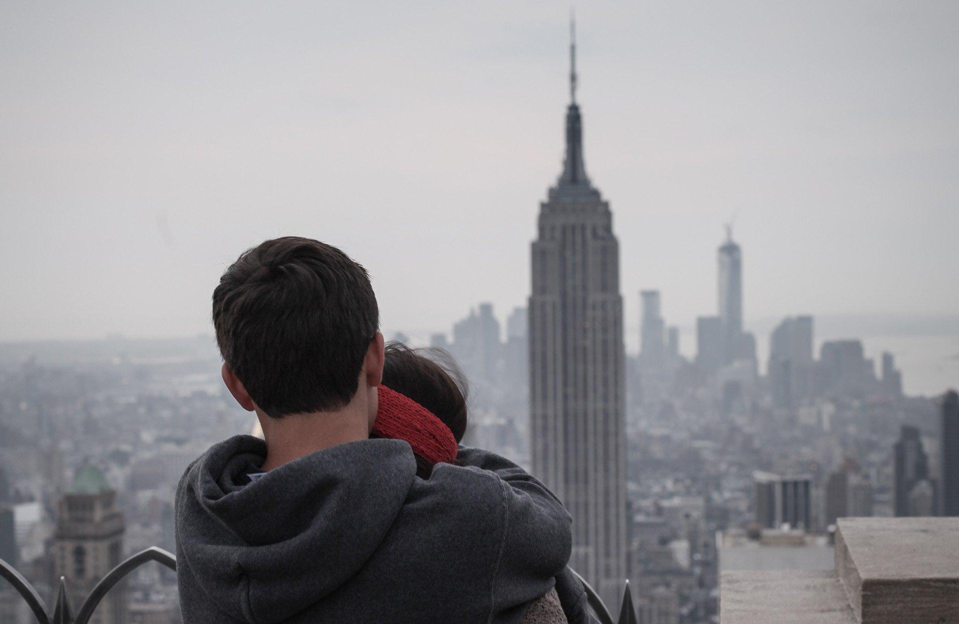 Jeune qui observe l'Empire State Building