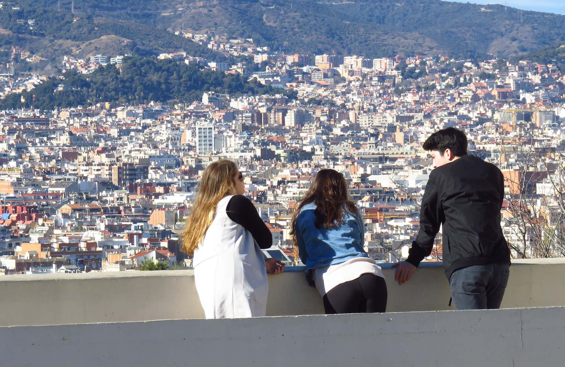 Jeunes devant un panorama en Espagne