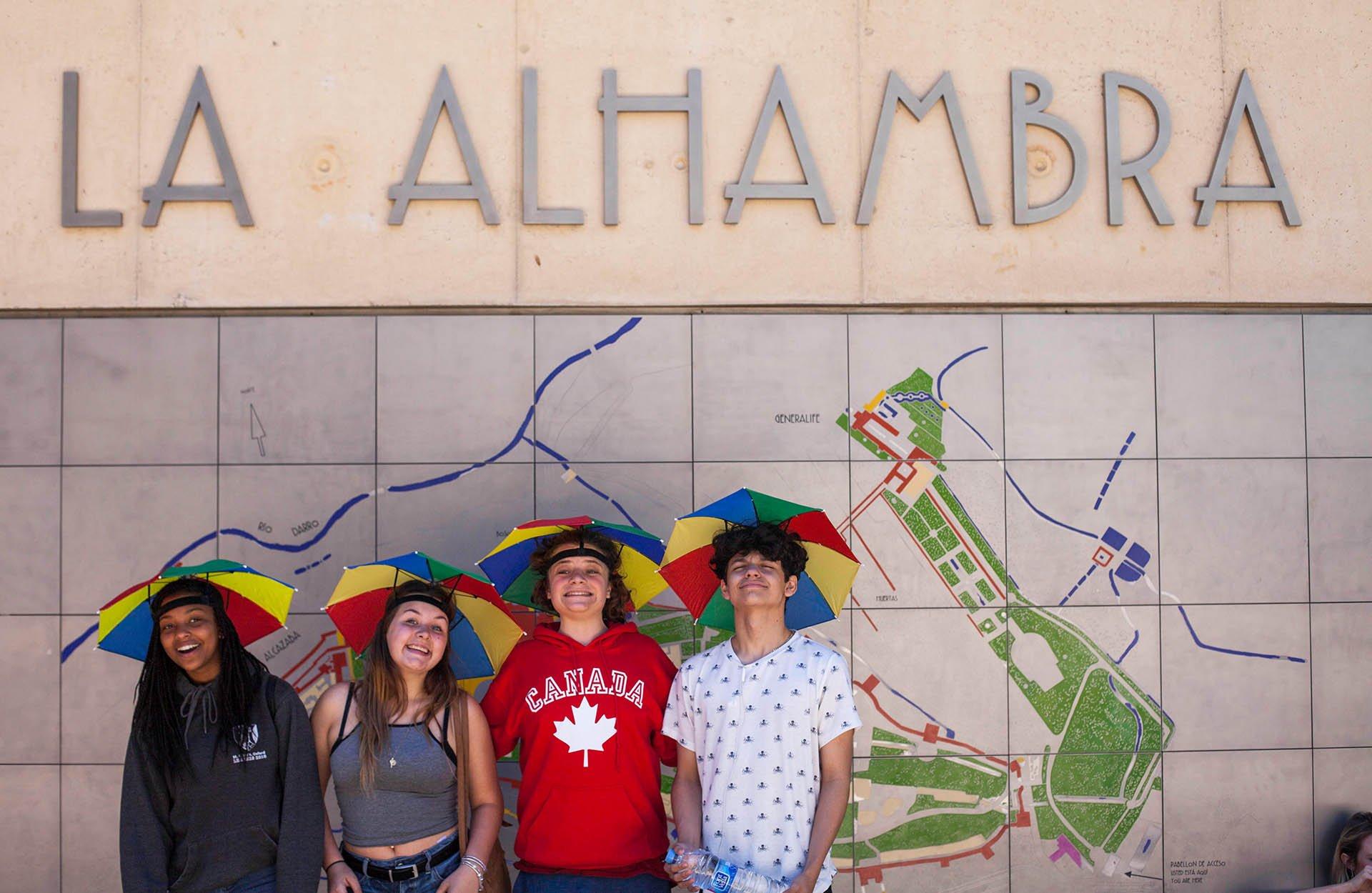 Jeunes posant devant l'entrée de l'Alhambra à Grenade