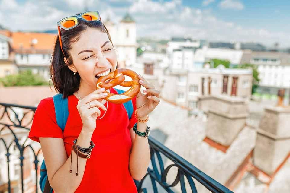 Jeune fille qui mange un bretzel