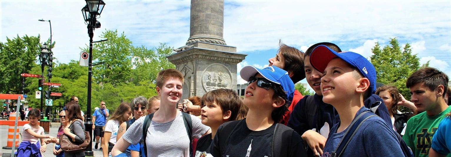 Jeunes avec le directeur touristique, découvrant Montréal.