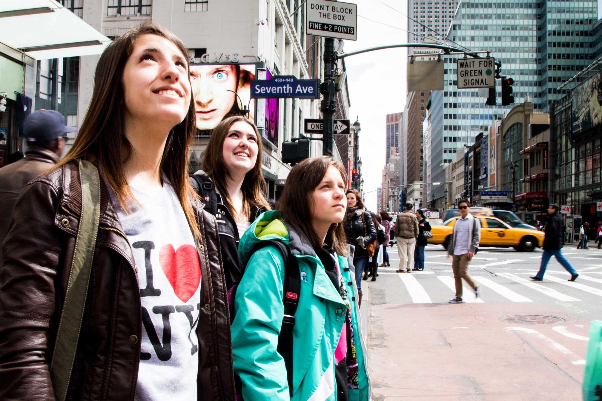 Étudiantes regardant les gratte-ciel de Times Square