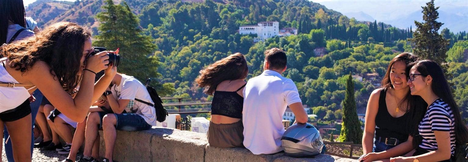 Jeunes posant devant un panorama en Esa