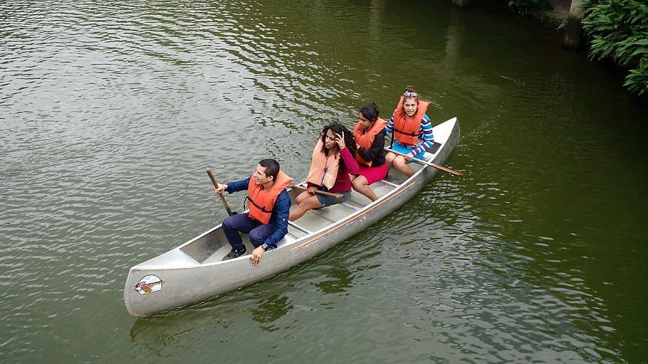 Étudiants faisant du canot
