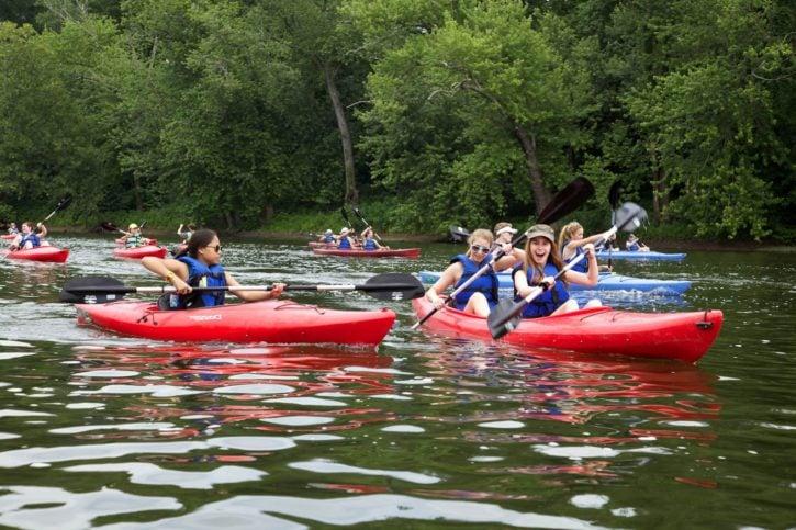 Jeunes faisant du kayak
