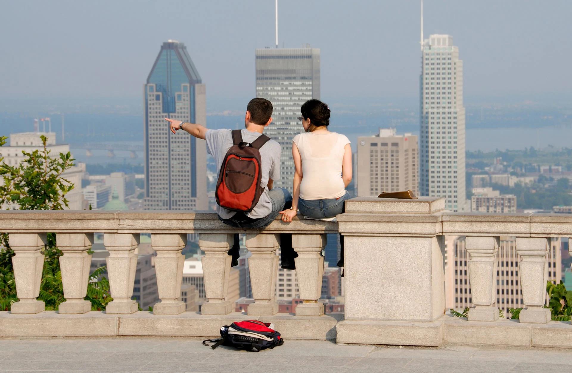 Jeunes qui regardent la vue du haut du Mont Royal