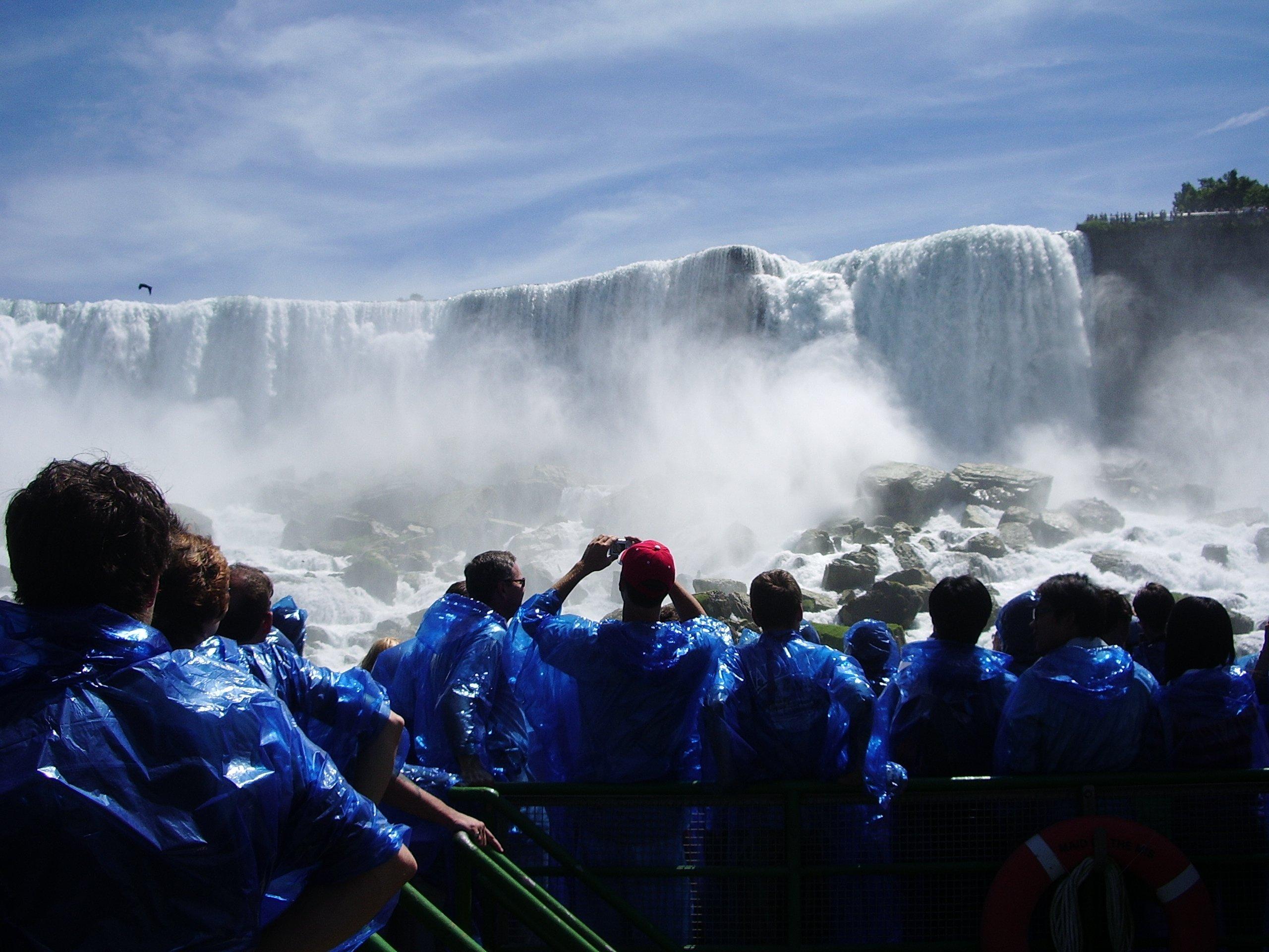 Jeunes qui photographient les Chutes Niagara