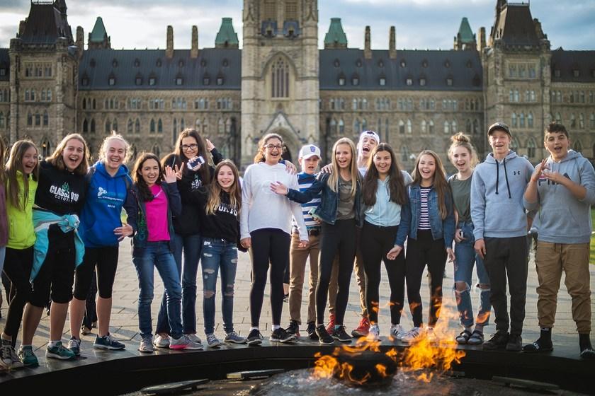 Les jeunes posent devant le Parlement.